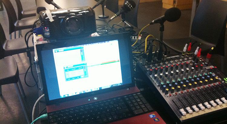 El estudio de Radio Guerrilla montado, y emitiendo la programación contínua durante 96 horas, con el montaje improvisado en Medialad. #SiSePuede